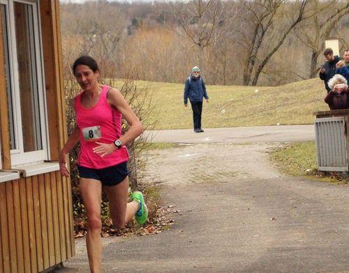 Katrin Ochs gewinnt beim 5. Neckarufer Marathon in Stuttgart