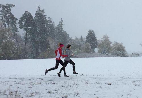 Kaderläufer trainieren im Schnee von Freudenstadt