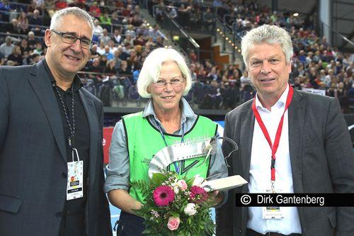 Iris Hensel erhält den DLV Medienpreis aus den Händen von DLV-Präsident Jürgen Kessing (rechts) und Mediendirektor Peter Schmitt